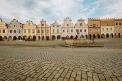 Stadfyrkant i Telc med renässans och barocka färgrika hus Arkivbilder