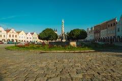 Stadfyrkant i Telc med renässans och barocka färgrika hus Fotografering för Bildbyråer