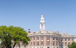 Stadhuis en groene vergankelijke boom royalty-vrije stock fotografie