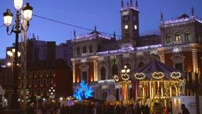 Stadhuis en oude uitstekende carrousel bij Kerstnacht, Valladolid, Spanje 2018 stock videobeelden