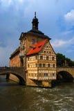 Stadhuis en Regnitz rivier, Bamberg Stock Foto's