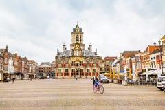 Stadhuis lub urząd miasta, Markt kwadrat, domy, ludzie w Delft, Holandia Zdjęcia Royalty Free