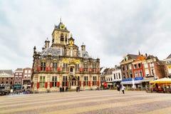 Stadhuis lub urząd miasta, Markt kwadrat, domy, ludzie w Delft, Holandia Zdjęcie Royalty Free