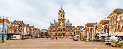 Stadhuis lub urząd miasta, Markt kwadrat, domy, ludzie w Delft, Holandia Zdjęcie Stock