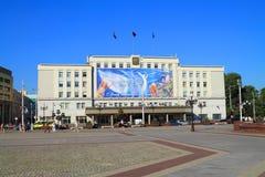 Stadhuis vóór de dag van de stad van Kaliningrad Stock Foto