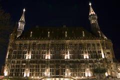Stadhuis van Aken (Duitsland) bij nacht Stock Foto