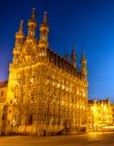 Stadhuis van Leuven in de avond Stock Afbeeldingen