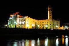 Stadhuis van Oradea-transilvania in de nacht een rivier stock fotografie