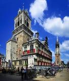 Stadhuis y Nieuwe Kerk, cerámica de Delft, Holanda Imagen de archivo