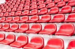 Stadiów jaskrawy czerwoni siedzenia Fotografia Royalty Free