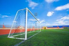 Stadio di calcio di Fotball su cielo blu Fotografie Stock Libere da Diritti