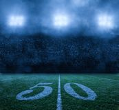 Stadio di football americano alla linea delle yard di notte 50 fotografia stock