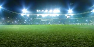 Stadio di football americano, luci brillanti, vista dal campo immagini stock