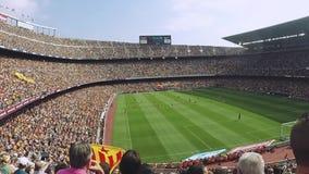 Stadio di football americano in Spagna Molti fan in tribune Gioco dei calciatori sul campo Giorno pieno di sole di estate stock footage