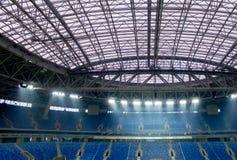 Stadio nella nuova costruzione Nuovo stadio Prato inglese e supporti immagini stock