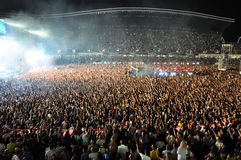 Stadio in pieno con la folla della gente del partito Immagini Stock Libere da Diritti