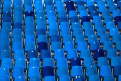 Stadion av mörker - blåttplatser gör sammandrag bakgrund royaltyfri foto