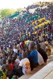Stadion in Bamako met vele kinderen wordt gevuld die een voetbal bekijken dat Stock Afbeeldingen