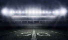 Stadion des amerikanischen Fußballs in den Lichtern und in den Blitzen Lizenzfreie Stockfotos