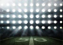 Stadion des amerikanischen Fußballs in den Lichtern und in den Blitzen in 3d Lizenzfreies Stockbild