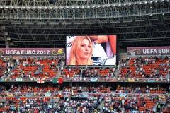 Stadion Donbass - Arena, Fans, Fernsehmonitor lizenzfreie stockfotos