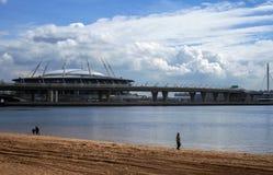 Stadion futbolowy i most nad zatoką zdjęcie stock