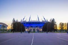 Stadion med blå belysning i aftonen, på solnedgången, St Petersburg, Ryssland natt arkivfoto