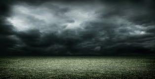 Stadion met donkere wolken, het 3d teruggeven Stock Foto