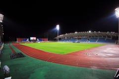 Stadion mit Zuschauertribünen in der Nacht Lizenzfreie Stockfotografie