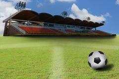 Stadion- och fotbollfotboll på grönt gräs field Fotografering för Bildbyråer
