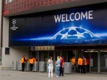 Stadion vóór de Gelijke van Champions League van de Voetbal stock foto