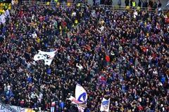 Stadion voll mit Fußballfanen Stockbild