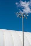 Stadionkoepel met lichten op een zonnige dag Stock Afbeeldingen