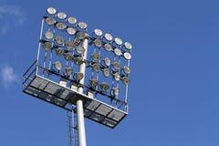 Stadionleuchten auf einem Hintergrund des blauen Himmels Stockbild