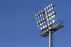 Stadionleuchten auf einem Hintergrund des blauen Himmels Lizenzfreie Stockfotografie