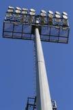 Stadionleuchten auf einem Hintergrund des blauen Himmels Stockfoto