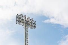 Stadionleuchten auf einem Sportfeld Lizenzfreies Stockbild