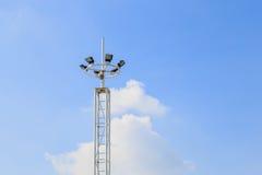 Stadionljus som isoleras mot en bakgrund för blå himmel Royaltyfri Foto