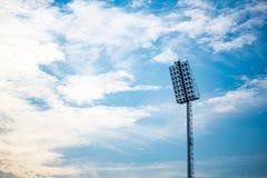 Stadions-Lichter mit blauer Himmel-Hintergrund Lizenzfreie Stockbilder