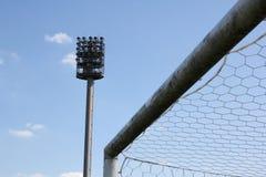 Stadions-Lichter und Fußballplatz stockfotos