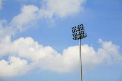 Stadionscheinwerferpol mit blauem Himmel Stockbild