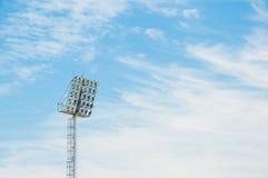 Stadionsflutlichtturm mit Hintergrund des blauen Himmels stockbild