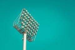 Stadionslicht gegen blauen Himmel, Weinlese Stockfoto