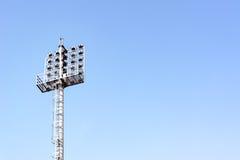 Stadionslichter mit Himmel für Hintergrund Stockfotografie
