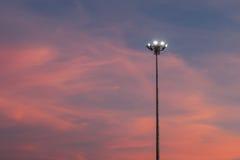 Stadionslichter schalteten und ein schöner Sonnenuntergang im backgroun ein Lizenzfreies Stockbild