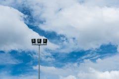 Stadionslichter stehen allein mit blauem Himmel Stockfotografie