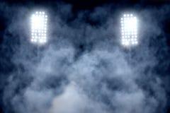 Stadionslichter und -rauch Stockfotos