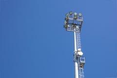 Stadionslichter und -telekommunikation im Freien ragt gegen blauen Tageshimmel hoch Lizenzfreie Stockfotos