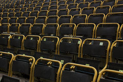 Stadionssitze im Freien mit gelben Rahmen, geradeaus Ansicht Lizenzfreies Stockfoto