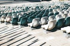 Stadionsst?nde mit G?ngen und den wei?en und grauen Plastiksitzen stockbild